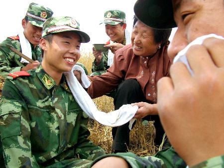 """图文:(3)武警""""抢收突击队""""助农战""""三夏"""""""