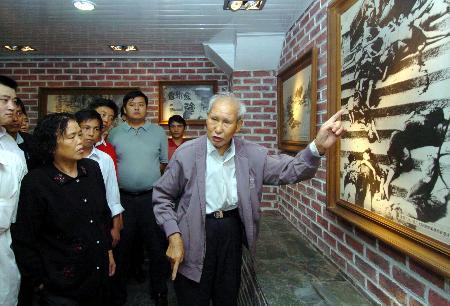 """图文:[社会]重庆市民纪念""""6・5大隧道惨案""""65周年"""
