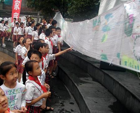图文:(2)泸州举办家庭手抄报竞赛