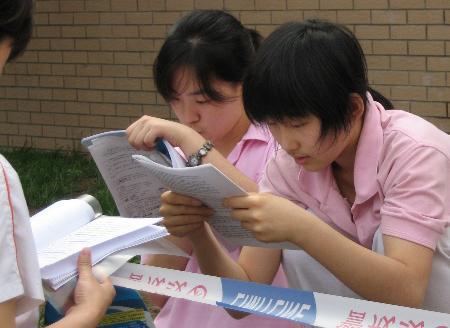 图文:等候进入考场的学生翻看复习资料