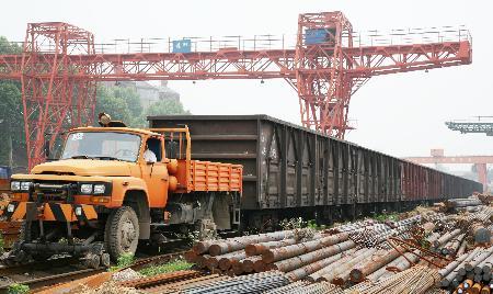 钢铁企业将汽车改装成火车头高清图片