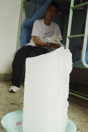 图文:降温冰块搬进学生宿舍(2)