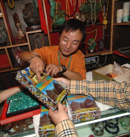 拉萨/拉萨一家店铺老板向客人介绍印度香