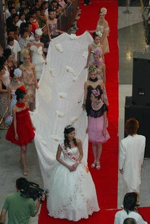 组图:9.9米顶级婚纱亮相大连