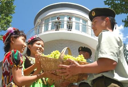 图文:吐鲁番葡萄送到哨所