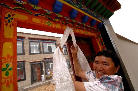 图文:[社会](2)藏族农民喜迁新居