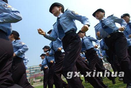 当日,广西南宁市最高气温为摄氏37度,广西女子监狱的女警仍在冒着