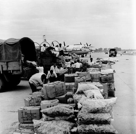 图文:解放军指战员把救灾物资分送灾区各地