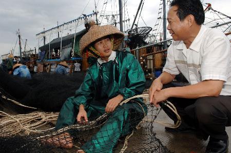 图文:渔民准备出海