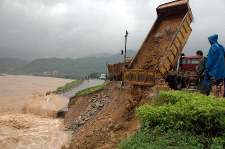 图文:有关部门调集车辆在三坑河岸堤抢险