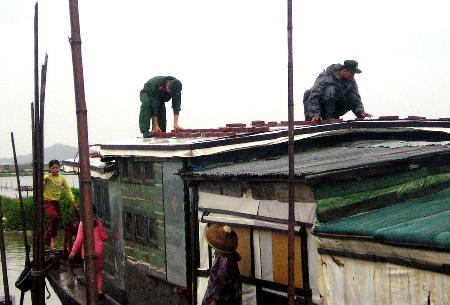 图文:深圳边防官兵在帮助辖区渔民维修房屋