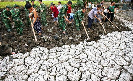 图文:预备役官兵帮助村民清掏堰塘