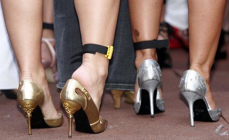 国百名女性穿7厘米高跟鞋狂奔