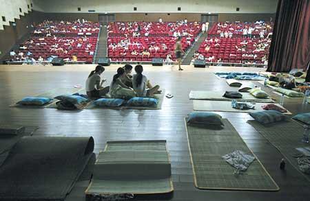 四川外院开放礼堂放映厅给学生打地铺(组图)