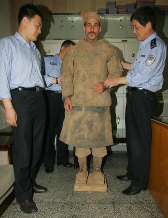 组图:德国青年痴迷兵马俑跳坑扮秦俑被捕