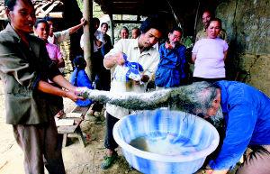 80岁老汉住在大山里26年来首次洗头(组图)