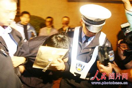 组图:交警逮住酒后驾驶的交通局副局长