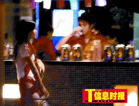 酒楼女啤酒推销员陪笑卖酒时遭骚扰(组图)