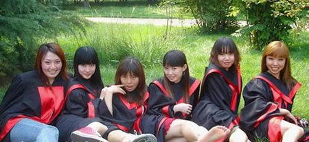 组图:人大女大学生毕业自拍照被质疑是堕落