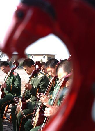 图文:战士学习马头琴(2)