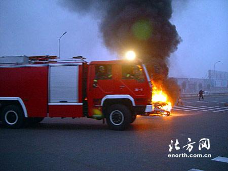 出租车行驶中自燃烧毁 司机乘客及时逃离
