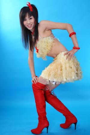 组图:广西变性美女穿安全套服装宣传防艾