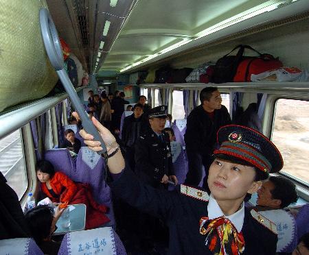 图文:T70次列车长在进行安全检查