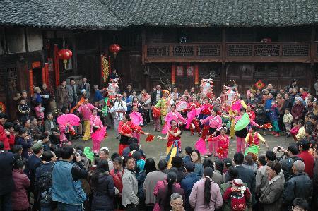 图文:村民在思南县许家坝镇客店村观看花灯戏