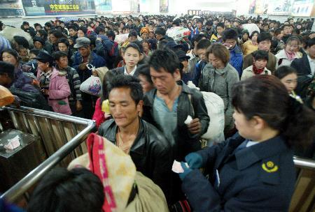 图文:旅客在济南火车站等待检票上车