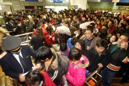 图文:大批旅客走出铁路上海站出站口