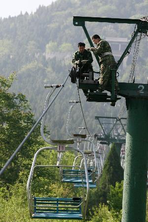 正文        4月25日,在济南市千佛山风景区,两名技术人员在检修索道.