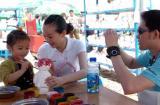 图文:家长带着孩子在重庆古镇磁器口开心度假