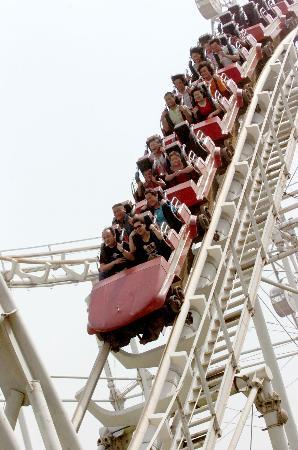 图文:一些市民在郑州人民公园乘坐过山车