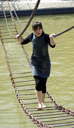 图文:一名女青年在森林植物园进行拓展运动