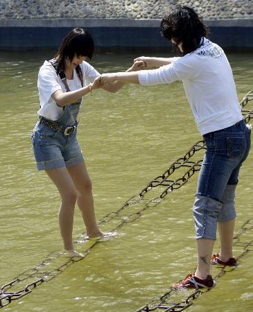 图文:两名青年在黑龙江省森林植物园进行拓展