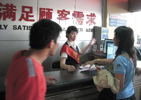 图文:在杭州汽车南站,旅客在咨询车次