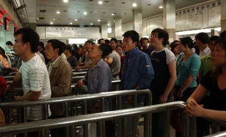图文:在成都火车站售票大厅,旅客在排队购票