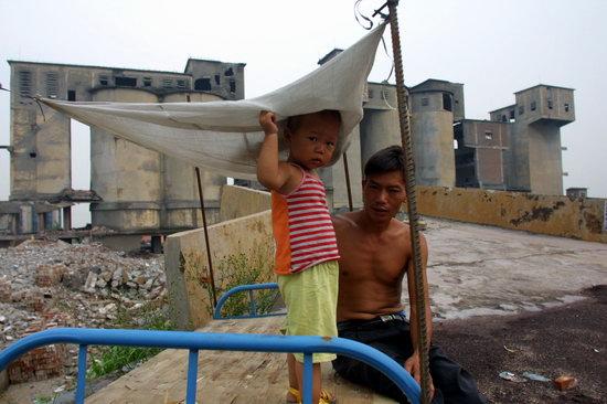 ...父子   东莞中堂一家关闭的水泥厂前,一对父子.南方日报 杨...