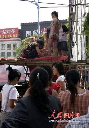 西西美包人体艺术_组图:河北秦皇岛人体彩绘表演引台下议论一片
