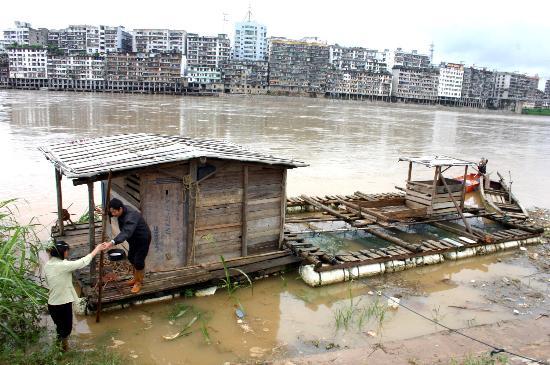 图文:福建顺昌两位渔民在闽江上游固定鱼排