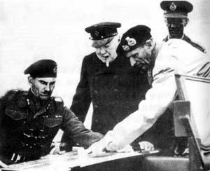 丘吉尔与蒙哥马利(穿浅色服装者)等人研究北非战役计划。