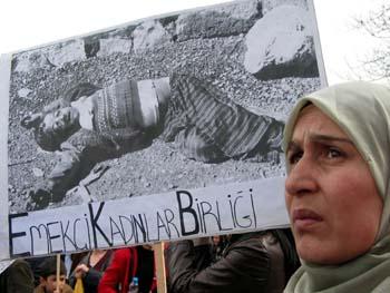 土耳其妇女手举海湾战争照片呼吁和平图片