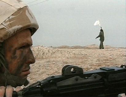组图:伊拉克人举起白旗向英军投降