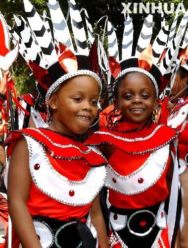 两名身穿非洲传统服装的女孩在伦敦诺丁山参加花车巡游.-第39届伦图片