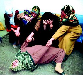 爆炸袭击事件中失去亲人的妇女相拥而泣,悲痛欲绝.新华社/路透-