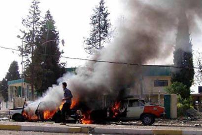 库克爆炸现场的两辆汽车残骸正在燃烧点击此处查看其它图片高清图片