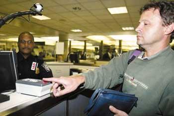 美国正式实施入境安全管理新办法 入美须留指
