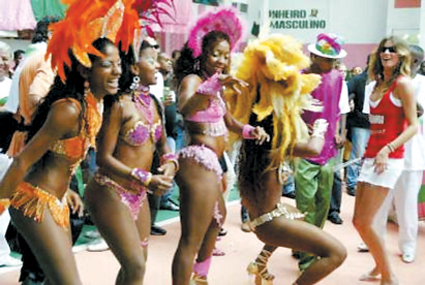 盛装的巴西女郎在街头热舞