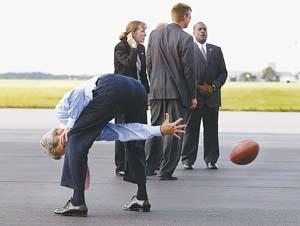 图文:克里结束与布什的第一场辩论后玩橄榄球