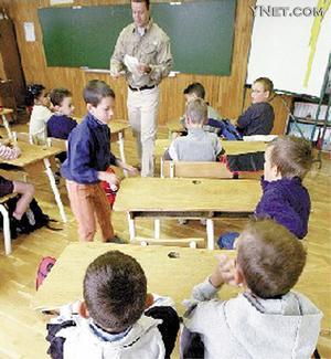 美国小学生正在上课-国外家长为子女上学头疼